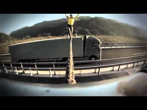 走行中のトラックに渡したロープをスラックライナーが渡る動画