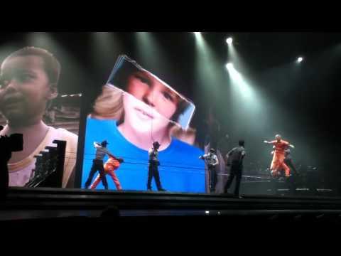 マドンナのコンサートツアーで演られているスラックラインのパフォーマンス