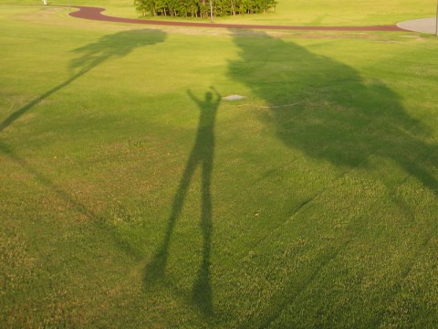 温泉と駅のある公園で影と一緒にスラックライン