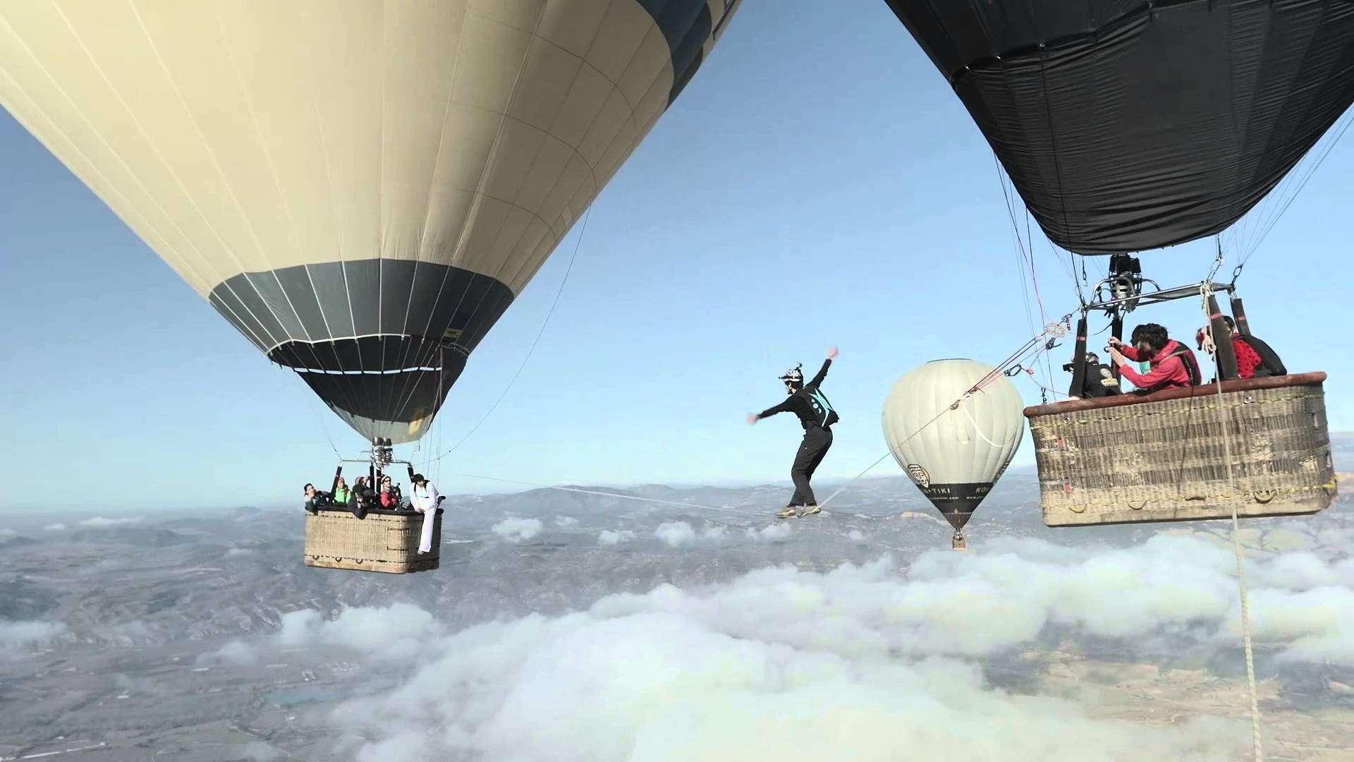 気球の間に張られたスラックラインをやって超高高度から落下する動画The Balloon Highline