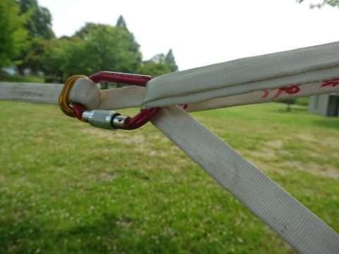 上のラインが下のラインを押しつけることでセルフロッキングを行う。強く張れば張るほどロックが強くなる。