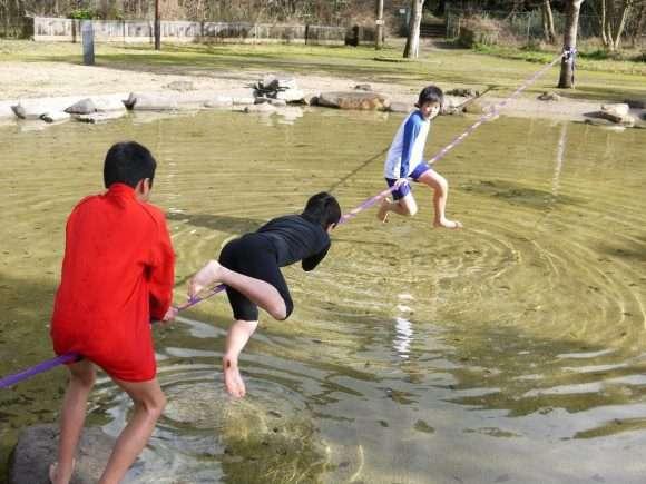 池の上に張ったラインに集まってきた子供