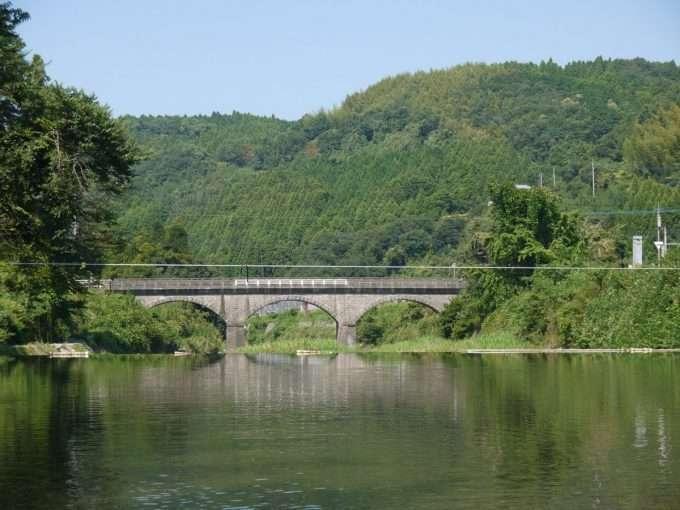 バックの三連アーチの石橋をバックに張ったスラックライン44m(ホワイトマジック)