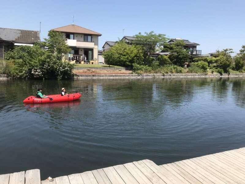 柳川の堀に浮かべたパックラフト