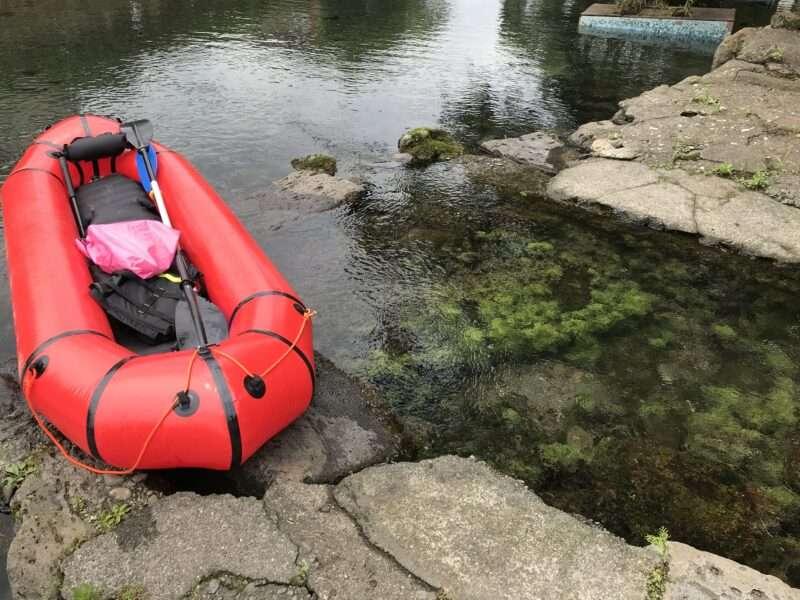 湧き水の川とパックラフト