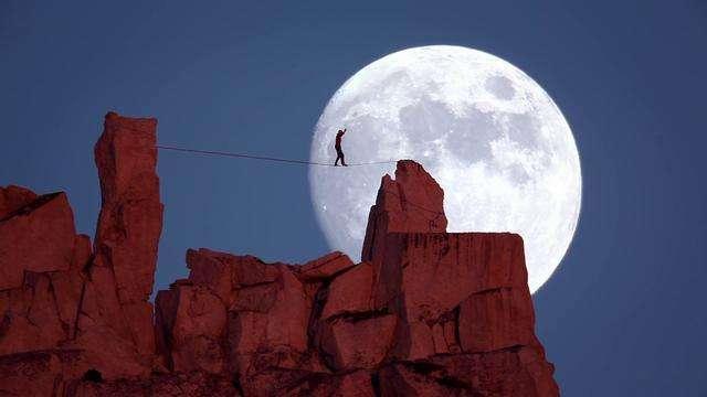 ディーンポッターが登る月をバックにハイラインを渡る動画、ムーンウォークMoonwalk が話題になっています