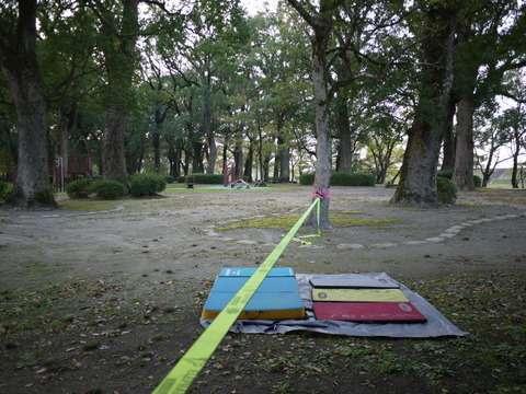 公園にスラックライン